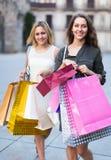 Deux jeunes femmes tenant des paniers Photographie stock libre de droits