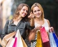 Deux jeunes femmes tenant des paniers Photographie stock