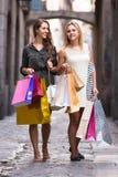 Deux jeunes femmes tenant des paniers Photo stock