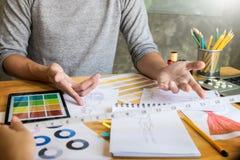 deux jeunes femmes travaillant comme couturiers et sketche de dessin Images libres de droits