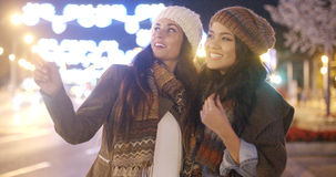 Deux jeunes femmes vivaces riant et ayant l'amusement Photo stock
