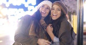 Deux jeunes femmes vivaces riant et ayant l'amusement Photographie stock libre de droits