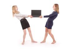 Deux jeunes filles à l'aide de l'ordinateur portable Photos libres de droits