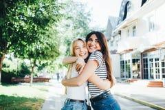 Deux jeunes filles étreinte et rire Photos libres de droits