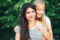Deux jeunes filles étreinte et rire Photos stock