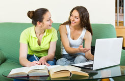 Deux jeunes filles étudiant dans la maison Photos libres de droits