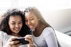 Deux jeunes filles Afro ayant l'amusement ensemble Photographie stock libre de droits