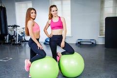 Deux jeunes filles au centre de fitness Photos stock