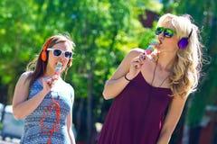Deux jeunes filles avec la crème glacée  Photographie stock libre de droits
