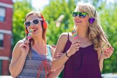 Deux jeunes filles avec la crème glacée  Photos libres de droits