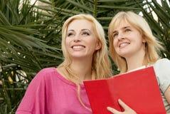 Deux jeunes filles avec le livre Images stock