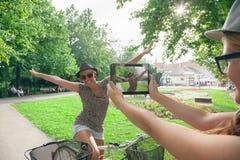 Deux jeunes filles ayant l'amusement à l'extérieur Image libre de droits