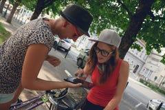 Deux jeunes filles ayant l'amusement dans le parc Photo libre de droits