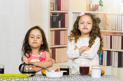 Deux jeunes filles d'élève du cours préparatoire refusant de manger Photos stock