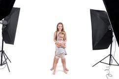 Deux jeunes filles dans le studio de photo Images libres de droits