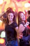 Deux jeunes filles dansant dans un club Photo libre de droits