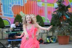 Deux jeunes filles dansant ensemble danse avec plaisir représentation en plein air de danse image stock