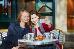 Deux jeunes filles en café extérieur parisien Photos libres de droits