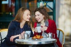 Deux jeunes filles en café extérieur parisien Photographie stock libre de droits