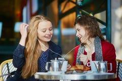 Deux jeunes filles en café extérieur parisien Image libre de droits