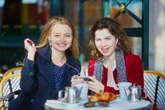 Deux jeunes filles en café extérieur parisien Images libres de droits