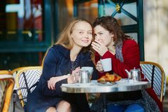 Deux jeunes filles en café extérieur parisien Photo libre de droits