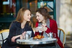 Deux jeunes filles en café extérieur parisien Photos stock