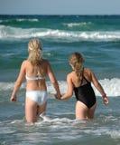 Deux jeunes filles et l'océan Image stock