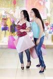 Deux jeunes filles faisant des emplettes ensemble Image libre de droits