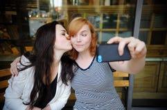Deux jeunes filles faisant le selfie Photographie stock libre de droits