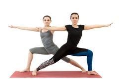 Deux jeunes filles faisant le yoga photos stock