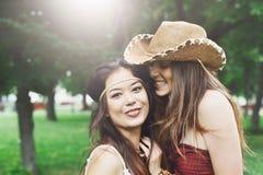 Deux jeunes filles heureuses dans le style chic de boho vêtx Photographie stock libre de droits