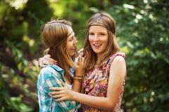 Deux jeunes filles heureuses dans une forêt d'été Photographie stock