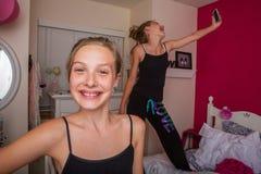 Deux jeunes filles jouant dans leur chambre Images stock
