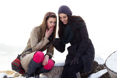Deux jeunes filles lisant le message textuel Image libre de droits