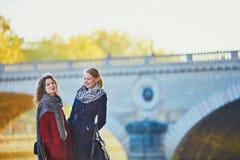 Deux jeunes filles marchant ensemble à Paris Photos stock