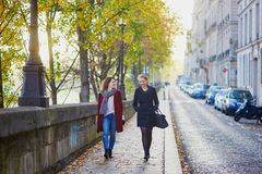 Deux jeunes filles marchant ensemble à Paris Image stock