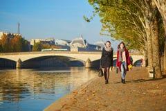 Deux jeunes filles marchant ensemble à Paris Photo stock