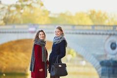 Deux jeunes filles marchant ensemble à Paris Photo libre de droits