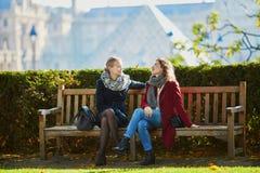 Deux jeunes filles marchant ensemble à Paris Photographie stock libre de droits