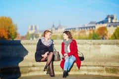 Deux jeunes filles marchant ensemble à Paris Photographie stock