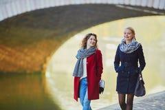 Deux jeunes filles marchant ensemble à Paris Images stock