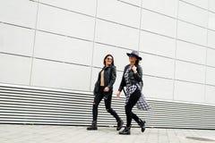 Deux jeunes filles modernes sur la rue Photos libres de droits