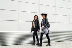 Deux jeunes filles modernes sur la rue Photo libre de droits