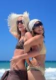 Deux jeunes filles ou amis sexy jouant sur une plage ensoleillée sur le vaca Image libre de droits