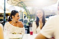 Deux jeunes filles parlant pendant la pause de midi Photographie stock
