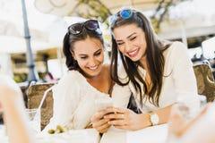 Deux jeunes filles parlant pendant la pause de midi Photos libres de droits