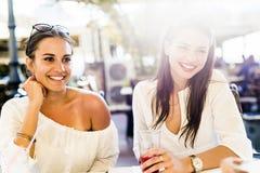 Deux jeunes filles parlant pendant la pause de midi Photo stock