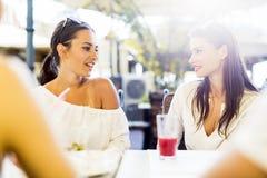 Deux jeunes filles parlant pendant la pause de midi Image libre de droits