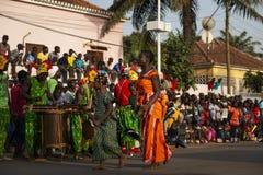 Deux jeunes filles portant les robes traditionnelles pendant les célébrations de carnaval dans la ville de Bisssau image libre de droits